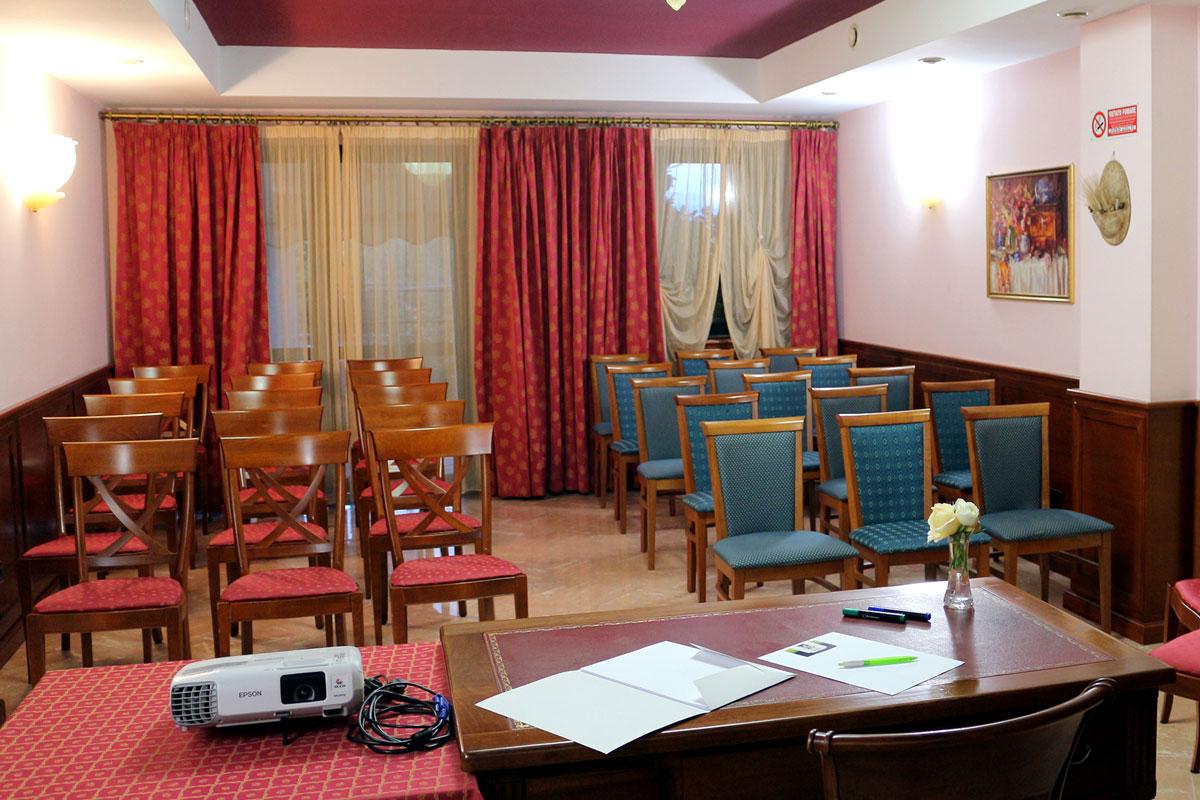sala-riunioni-attrezzata-in-hotel